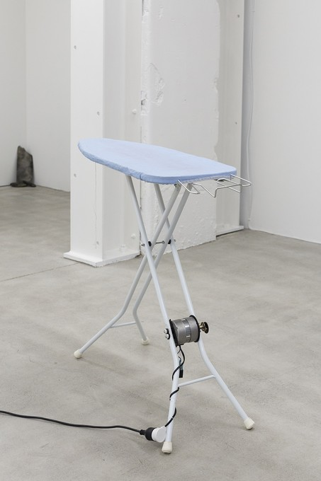 David Ed Cooper, New Bruxism, 2019, detail, ironing boards, dc/ac motors, transmission, banana, cable, shackle bolt, tupperware, arduino, 5v relay, motor speed controllers, power supply. Image courtesy of Cheska Brown.