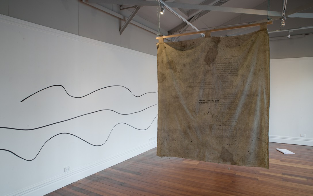 Salome Tanuvasa, Wall drawing, 2017 [left]; Quishile Charan, quishile.shile.shila, 2017, kawakawa, textile ink, rope, wood, cotton [right]. Image courtesy of Shaun Matthews.
