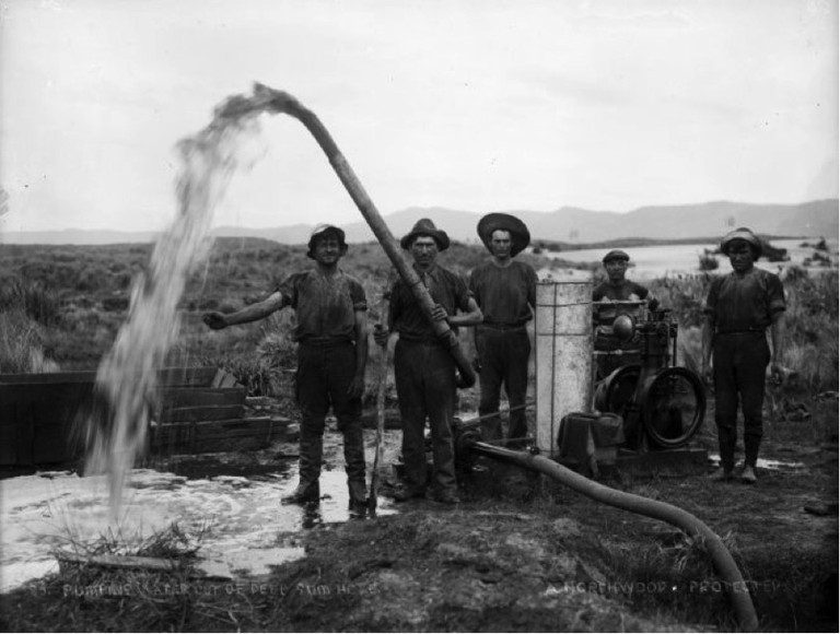 Gum diggers pumping water out of gum hole [ca.1910]. Northwood brothers: Photographs of Northland. Ref: 1/1-006274-G. Alexander Turnbull Library, Wellington, New Zealand. http://natlib.govt.nz/records/22728446. Permission of the Alexander Turnbull Library, Wellington, New Zealand, must be obtained before any reuse of this image.